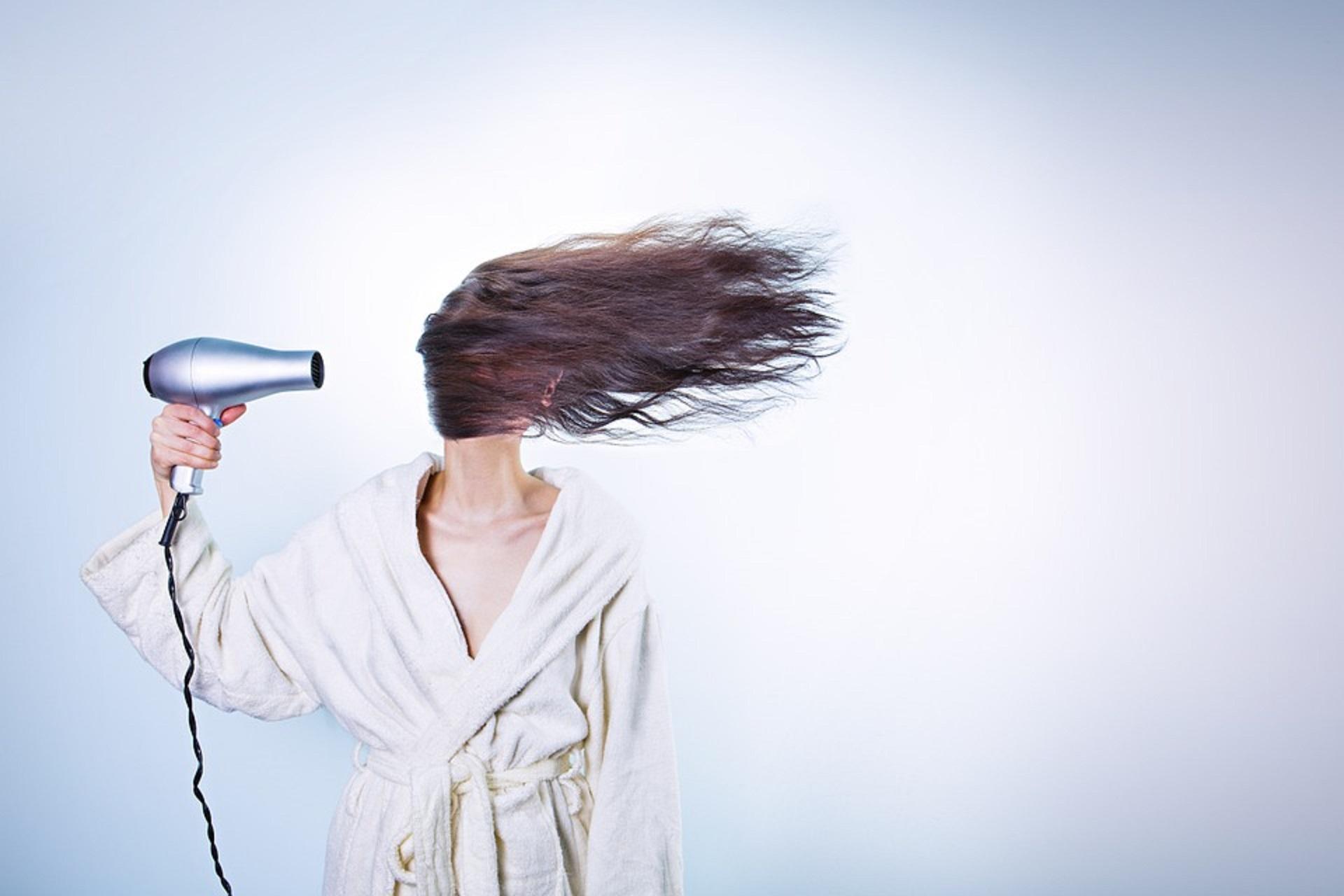 Autunno, capelli indeboliti e integratori: facciamo chiarezza